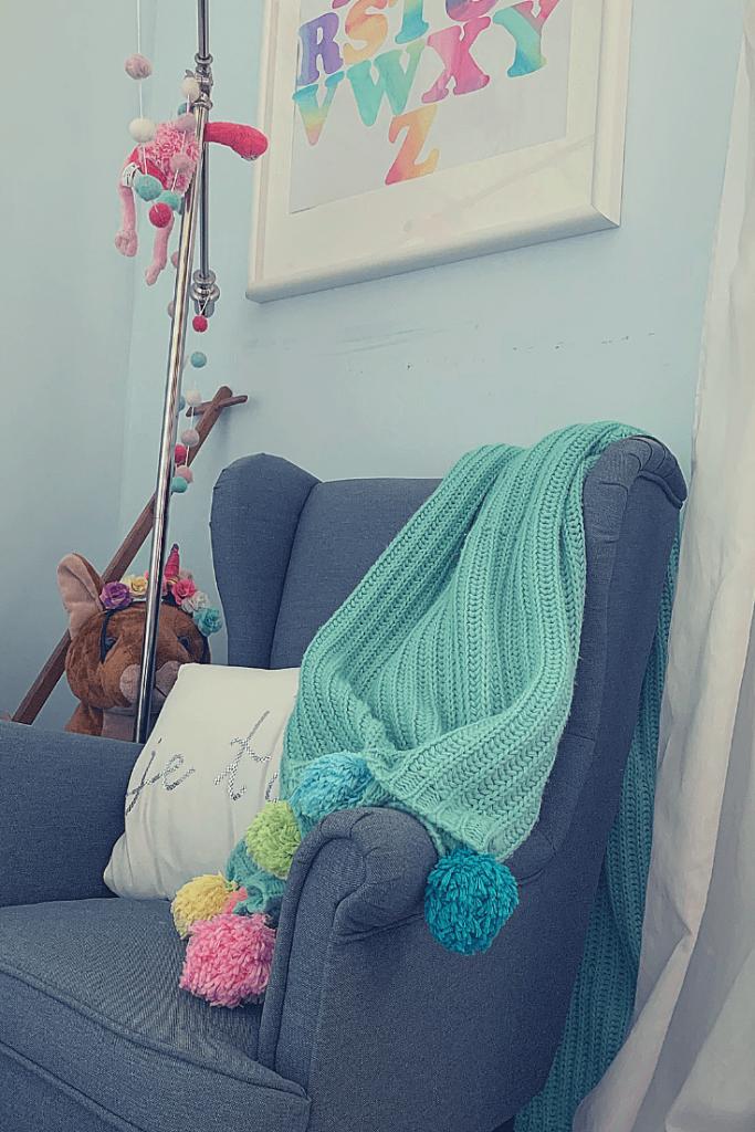 DIY kids room projects - pompom blanket