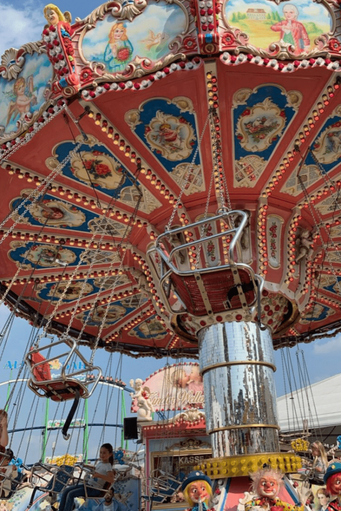 Old chair carousel, of the age of the rides on the Side Wiesen; Should you take your child to the Oktoberfest?; Munich with a small child