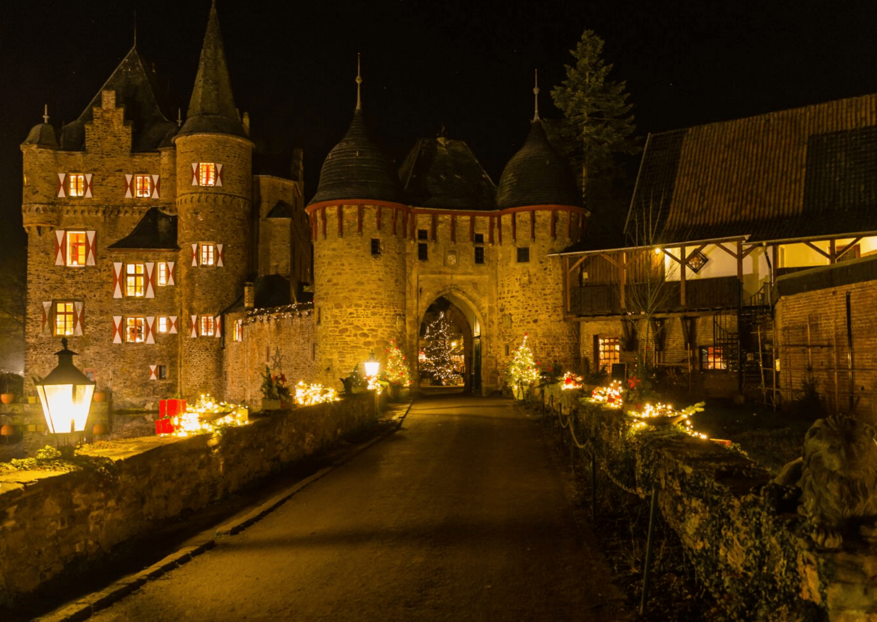 Looking for a romantic Christmas market at a castle? Try the Burgweihnacht at Satzvey Castle