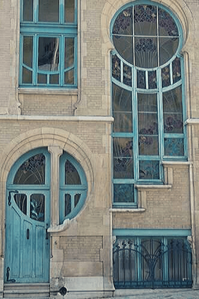 Gorgeous art nouveau house on Rue du Lac near the Etang d'Ixelles in Brussels. It was built in 1904 by architect Ernest Delune. I lived just around the corner - literally three houses away.
