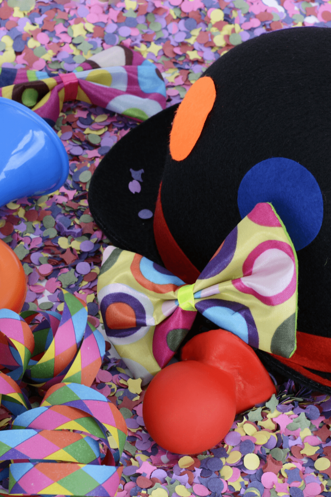 Clown hat, colourful bow tie, clown nose, streamers and confetti: very common during the Rhineland Carnival
