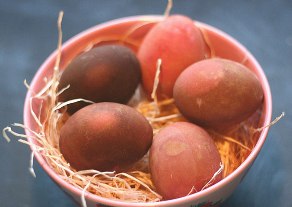 How to dye eggs using natural ingredients: Results of Trial No. 3 - 5 eggs dyed using beetroot juice