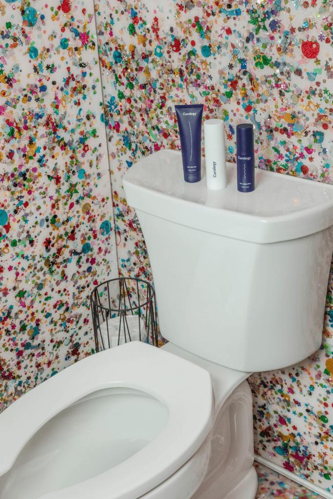 Bright coloured wallpaper in a bathroom
