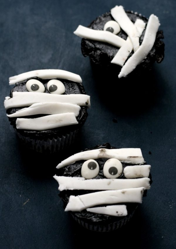 Simple and time-saving Halloween mummy cupcakes