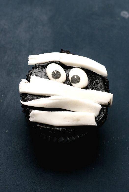 Simple and fun Halloween mummy cupcakes