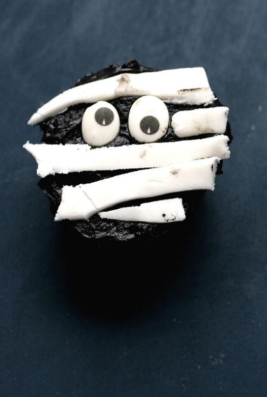 Simple Halloween mummy cupcake