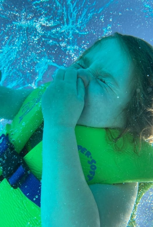 18 things you need to know before visiting Dubai with kids: pick your seasons so that you don't get sunstroke at the waterpark (Miss M at the water park, underwater)