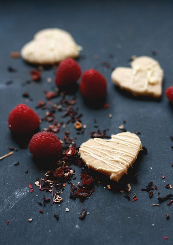 Simple and delicious tea-infused shortbread, with fresh raspberries with loose tea