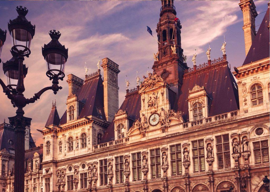 The hôtel de ville in Paris at sunset, a short stop on a tour of Ladybug's Paris