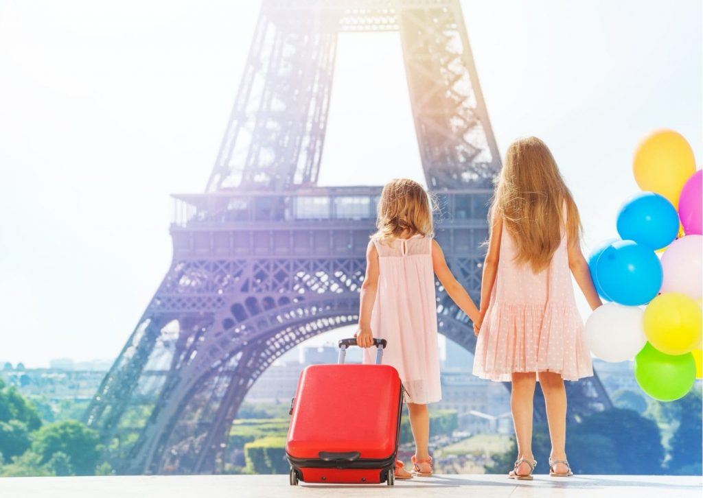 5 fun things to do in Paris with kids. Why not have a family photo shooting? Like these two girls.